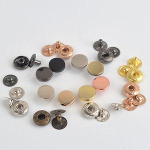 Botones de metal.